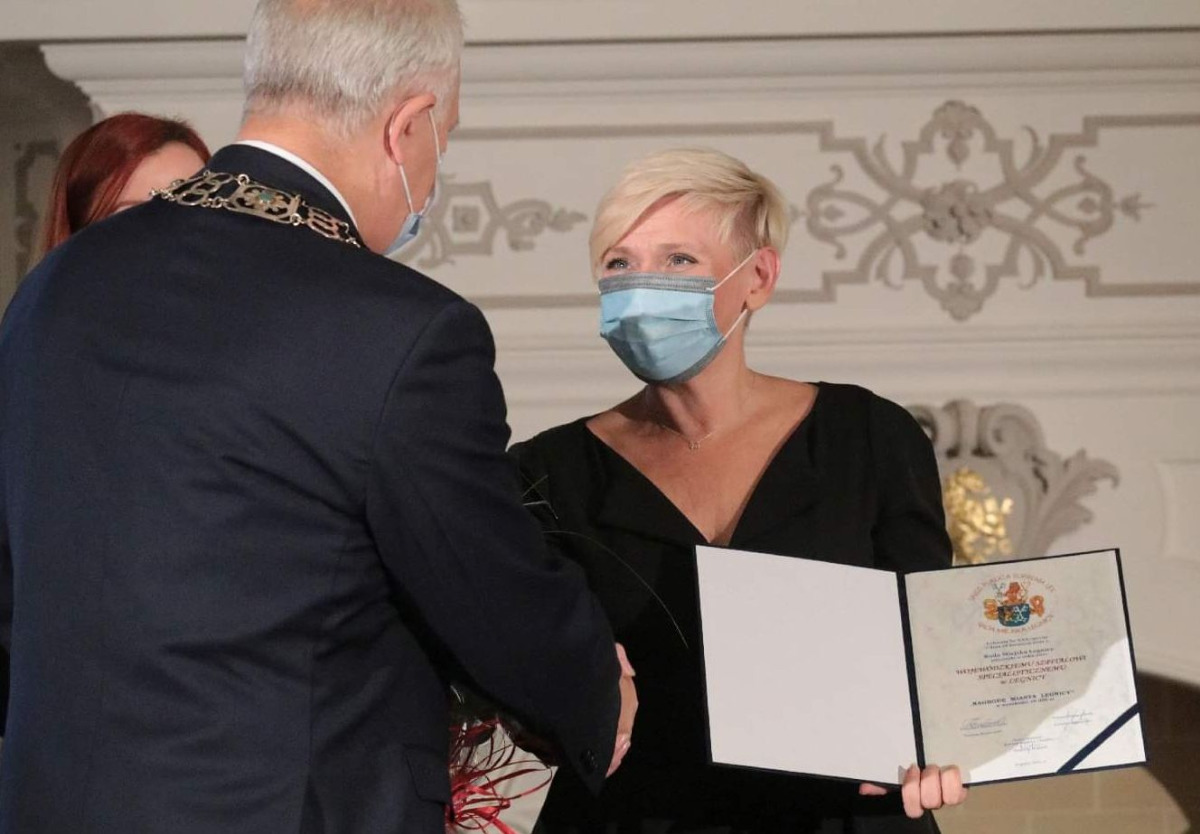 Dyrektor szpitala odbiera nagrodę
